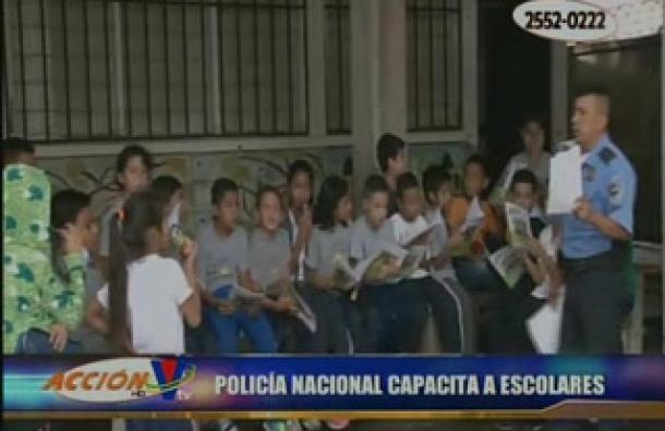 Policías capacitan a escolares para prevenir drogadicción