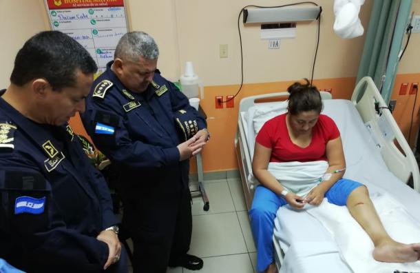 Oficial Dazari Cálix se encuentra estable y fue visitada por sus compañeros hoy