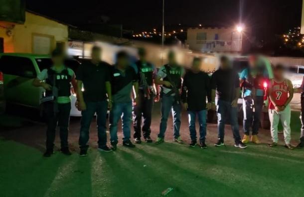 Cinco hombres capturados por violar a una joven