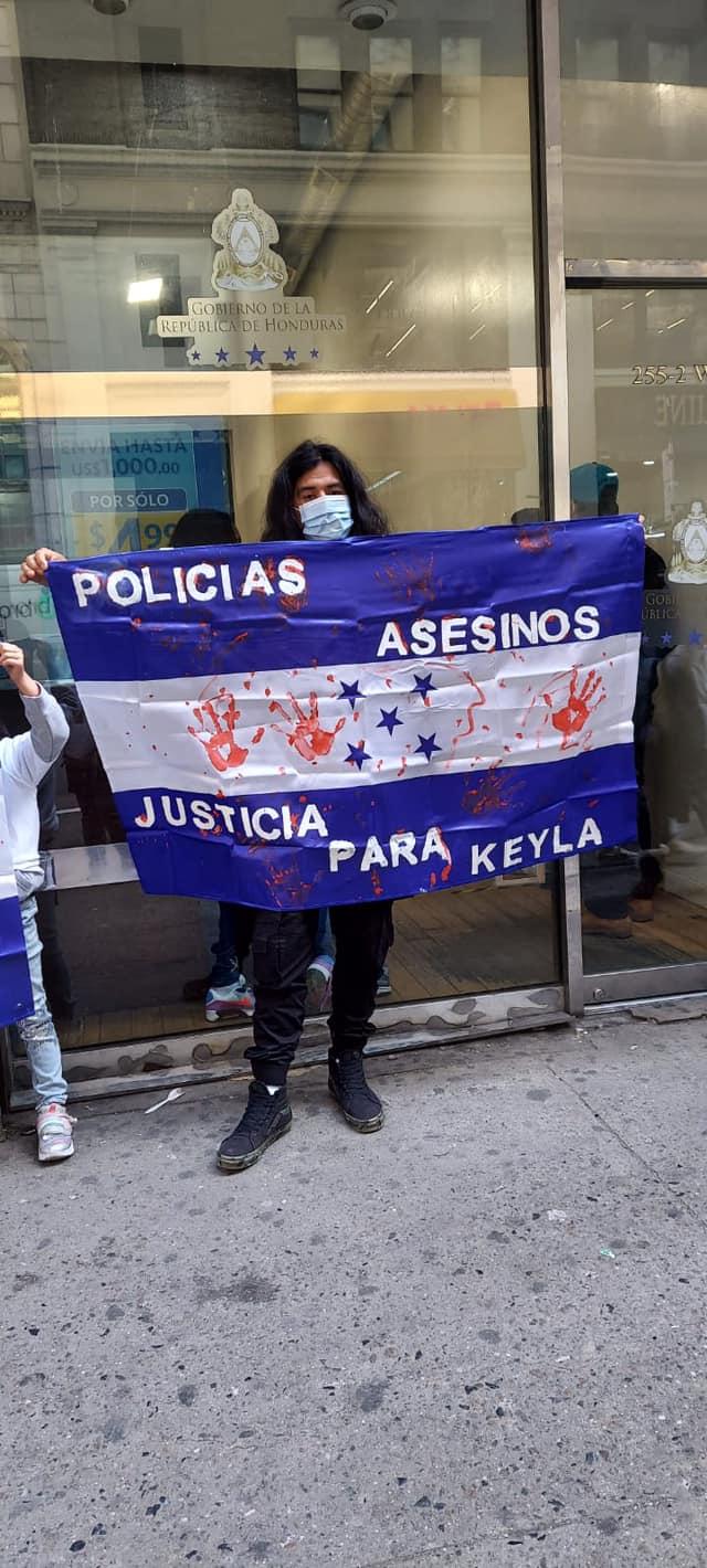 Enfrente de las instalaciones de la Embajada de Nueva York, familiares y amigos de Keyla exigen justicia