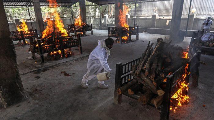 Tras el incremento de casos de Covid-19, India presenta cremaciones masivas en Nueva Delhi