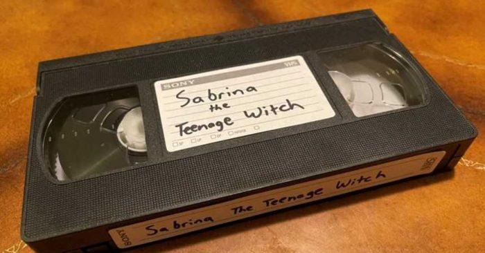 """Mujer es acusada de """"malversación de fondos"""" por no devolver un VHS que arrendó en 1999"""