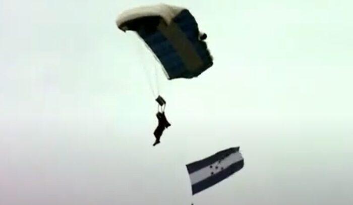 29 hondureños realizaron con éxito el show de paracaidismo en el bicentenario de independencia