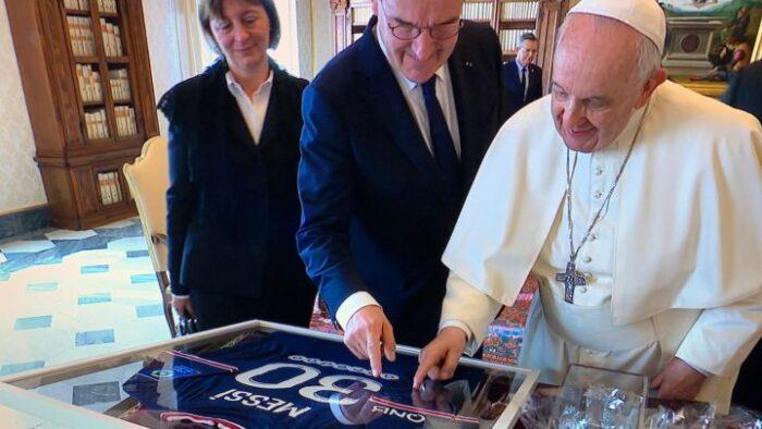 El PSG entrega una camiseta de Messi firmada al Papa