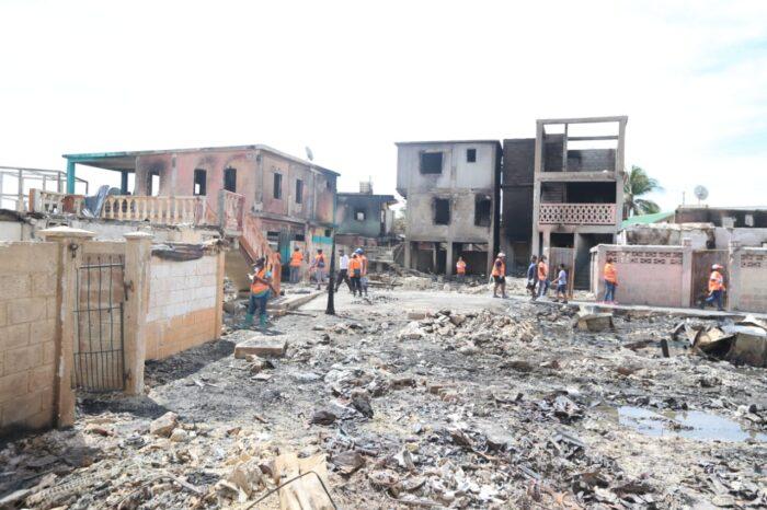 Presidente Hernández recorrió la isla de Guanaja para constatar los daños que ocasionó el pavoroso incendio