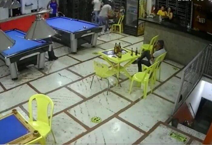 Hombre intentó robar un billar, pero recibió tremenda golpiza (VIDEO)
