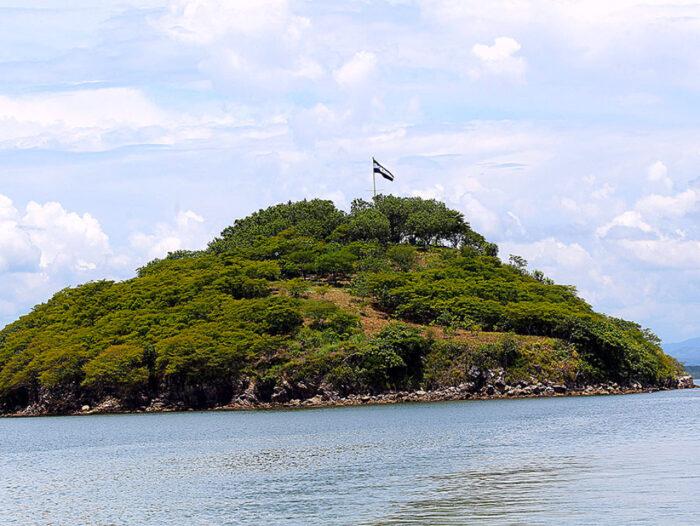 La Isla Conejo es de Honduras y allí flamea con orgullo la bandera Nacional