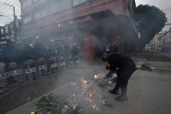 Militares retirados irrumpieron en el Congreso de Guatemala