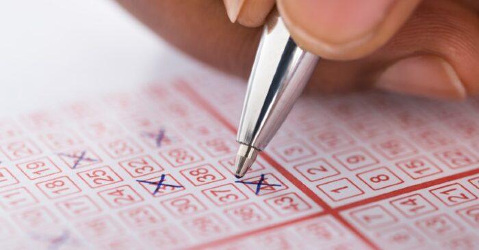 Mujer gana la lotería dos veces en el mismo día: dos millones de dólares por boleto